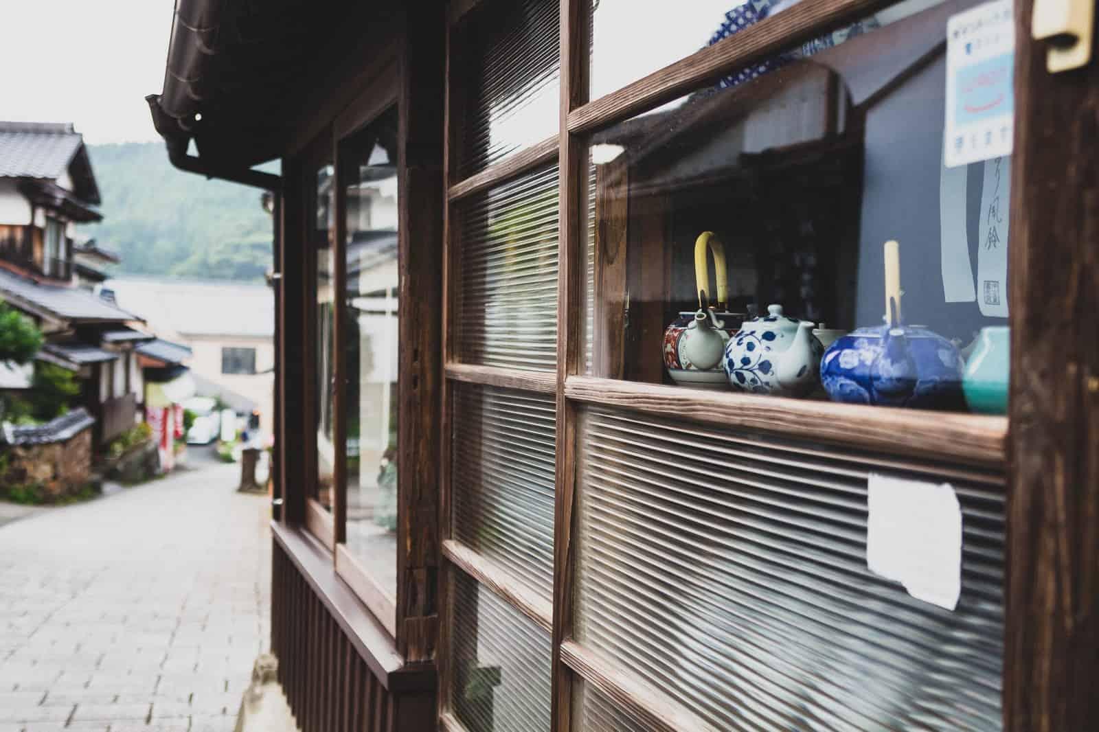 ร้านค้าและสถานที่ทำเวิร์คช็อปมากมายในหมู่บ้าน Okawachiyama Village จังหวัดซากะ