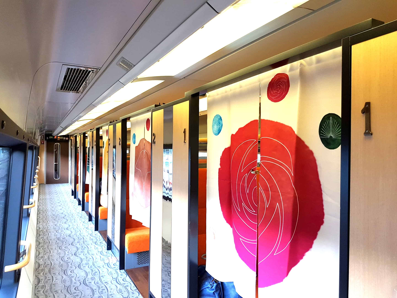 ที่นั่งแบบไพรเวทภายในรถไฟ IZU CRAILE Joyful train