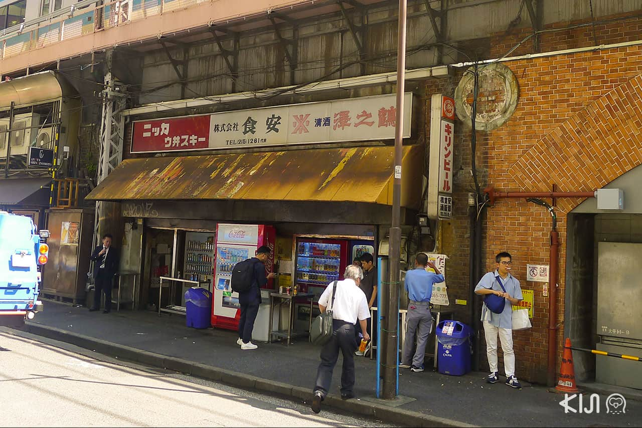 Ginza GadoShita Yurakuchi ตั้งอยู่ใต้รางรถไฟลอยฟ้า