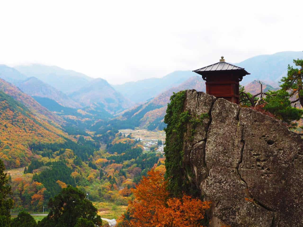 นั่ง Toreiyu Tsubasa ชมวิวใบไม้เปลี่ยนสีที่วัดยามาเดระ (Yamadera Temple)