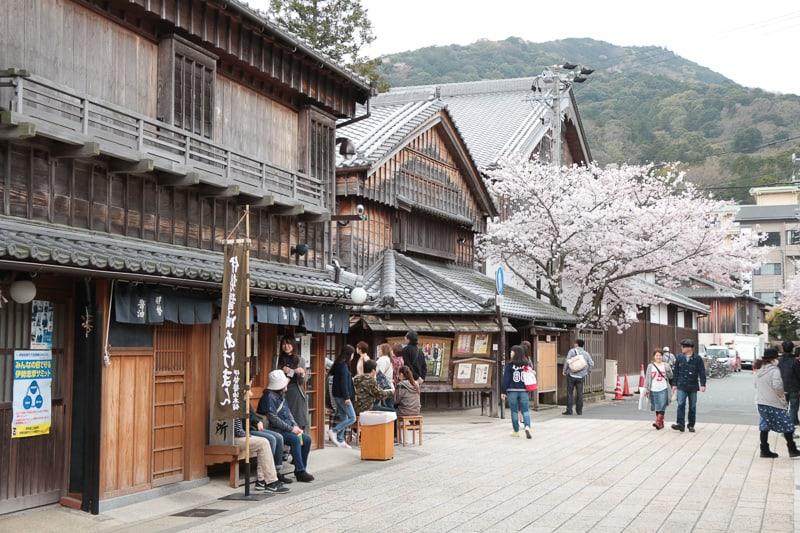 สถาปัตยกรรมแบบย้อนยุคที่ ตลาดโอคาเกะ (Okage Yokocho) บนถนนโอฮาไรมาจิ (Oharai-Machi)