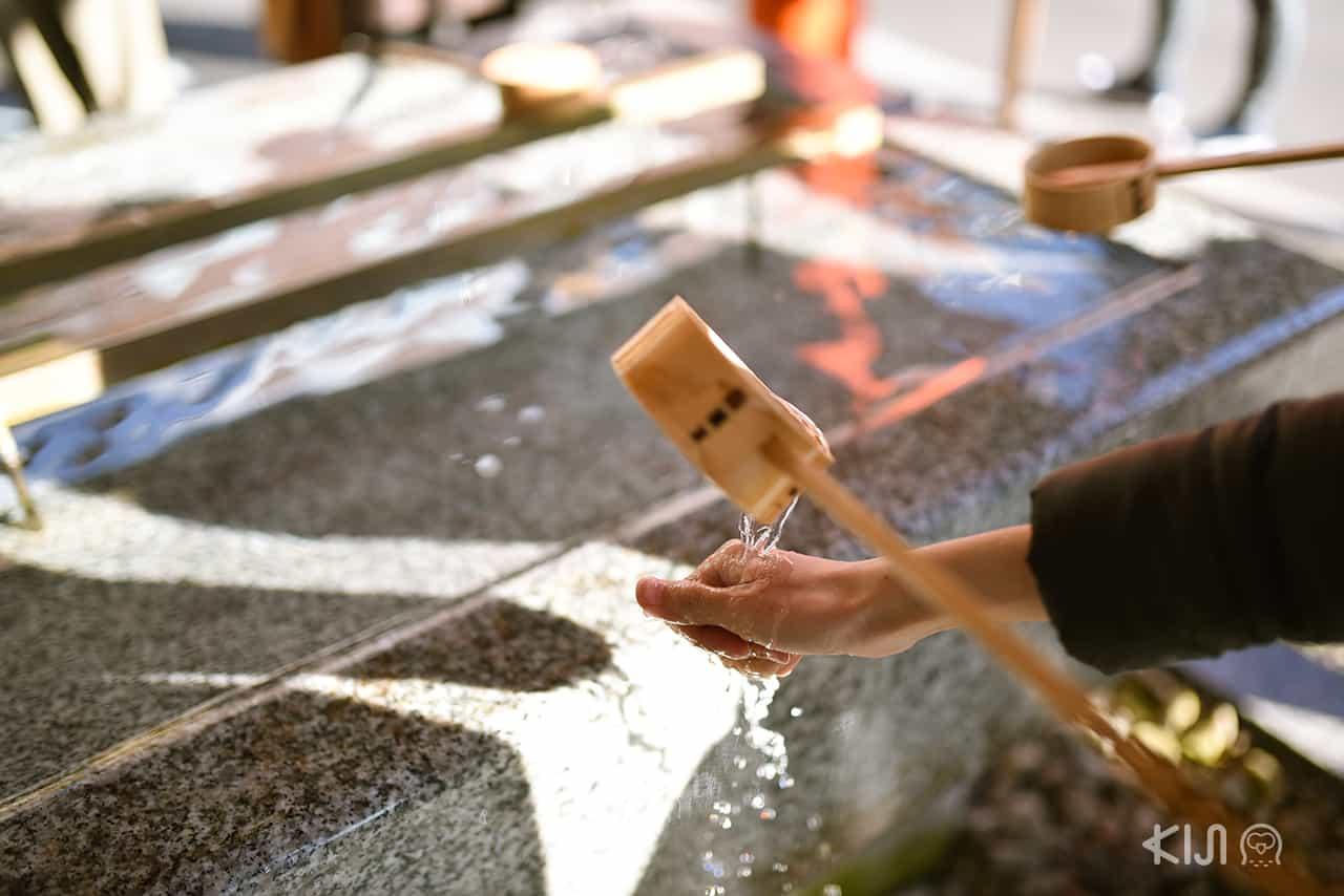 ล้างมือชำระร่างกาย ที่ศาลเจ้าอิคุตะ (Ikuta Shrine) ในโกเบ จังหวัดเฮียวโงะ