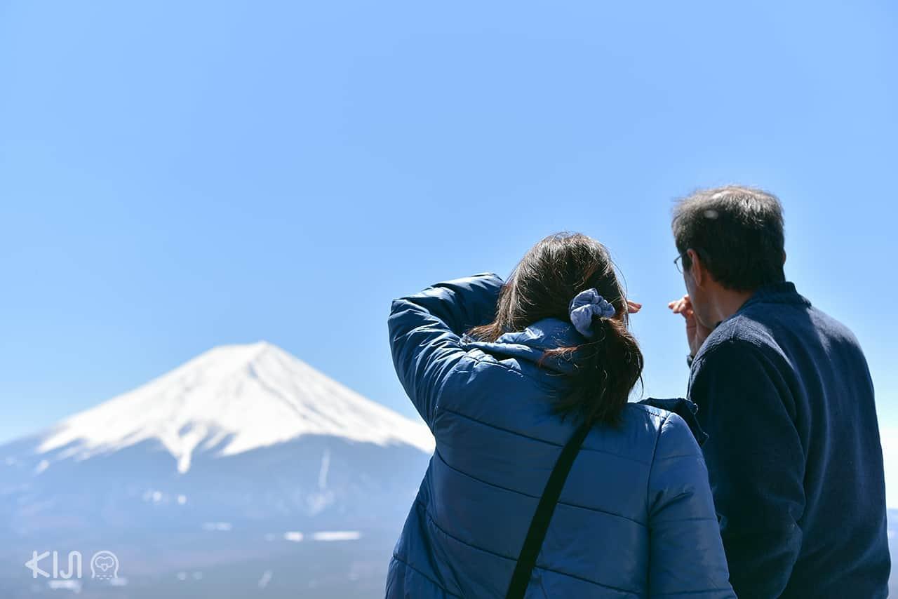 ภูเขาไฟฟูจิจากด้านบนภูเขาเท็นโจ ริมทะเลสาบคาวากุจิโกะ (Kawaguchiko)