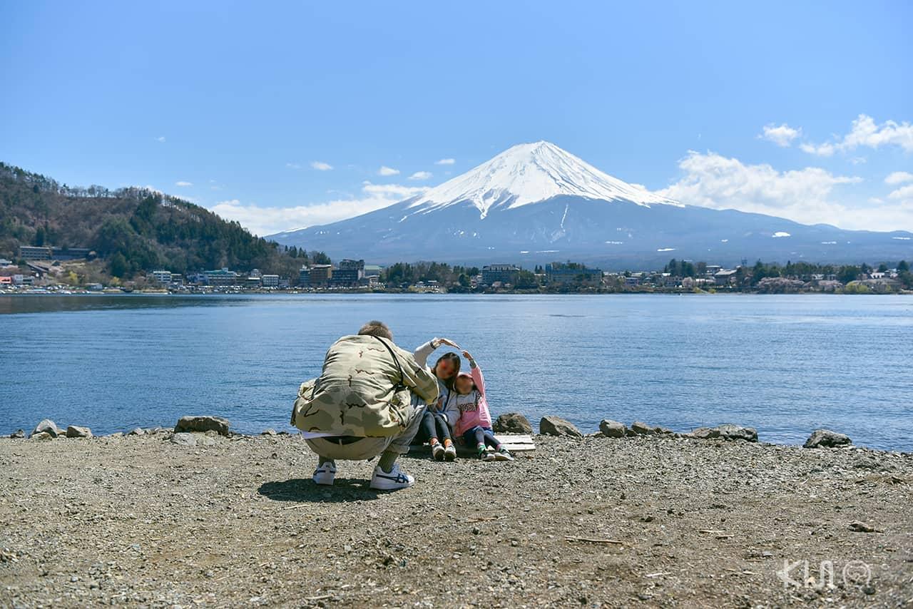 จุดถ่ายรูปริมทะเลสาบ Kawaguchiko ลงบัสที่ป้ายหมายเลข 13