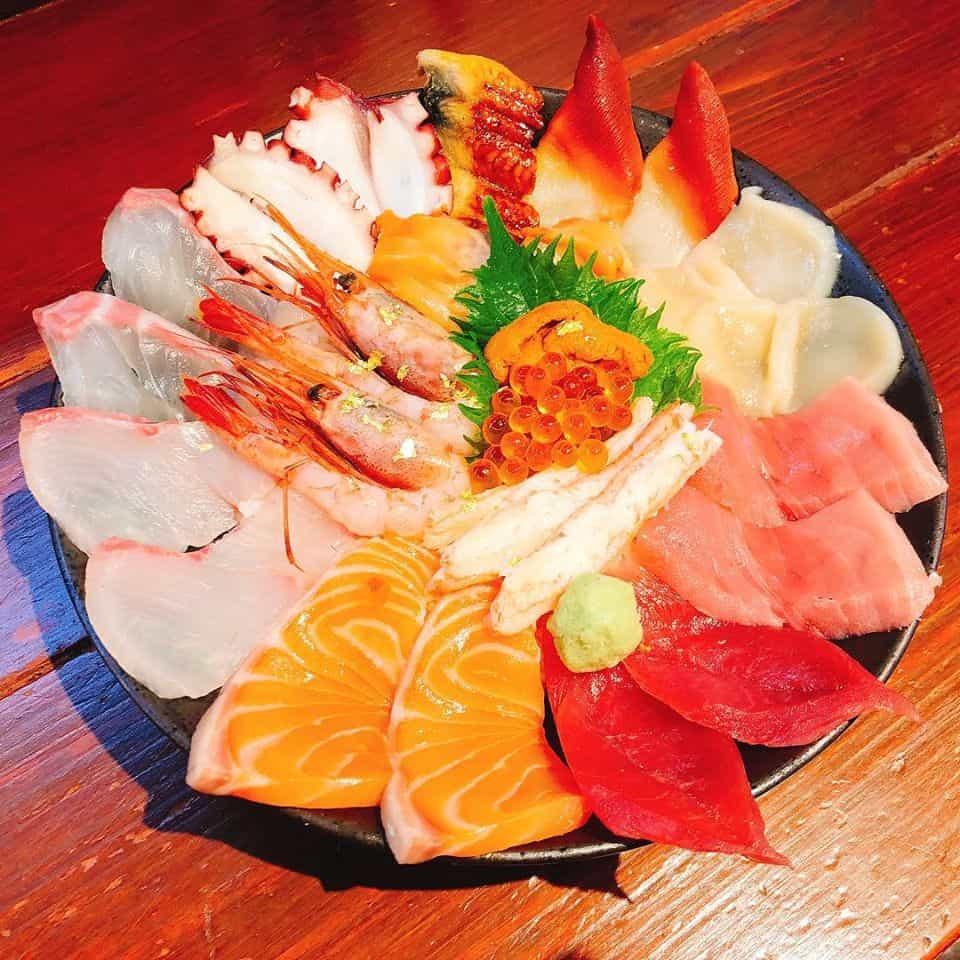 ข้าวหน้าปลาดิบ 魚一 - Kuromon Fish Market
