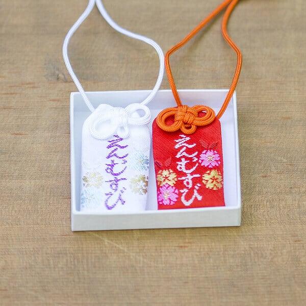 เครื่องรางคู่รัก ที่ ศาลเจ้าอิคุตะ ในโกเบ จังหวัดเฮียวโงะ