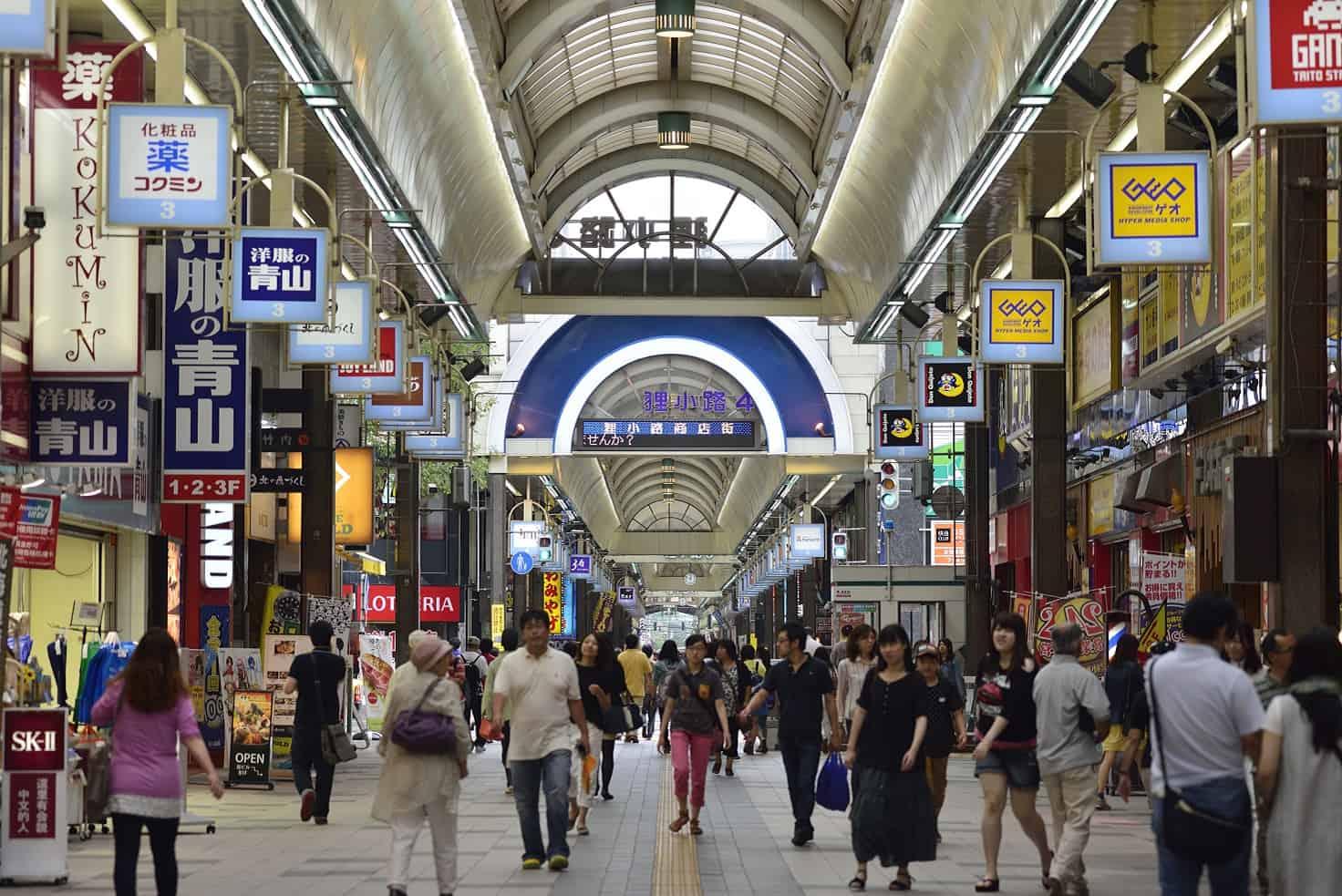 บรรยากาศภายในตลาดคนเดินทานุกิโคจิ (Tanukikoji) จังหวัดฮอกไกโด (Hokkaido)