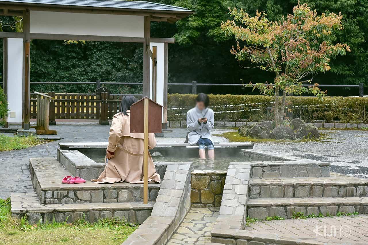 แช่เท้าที่บ่อออนเซ็น Doppo No Yu ในเมือง Yugawara