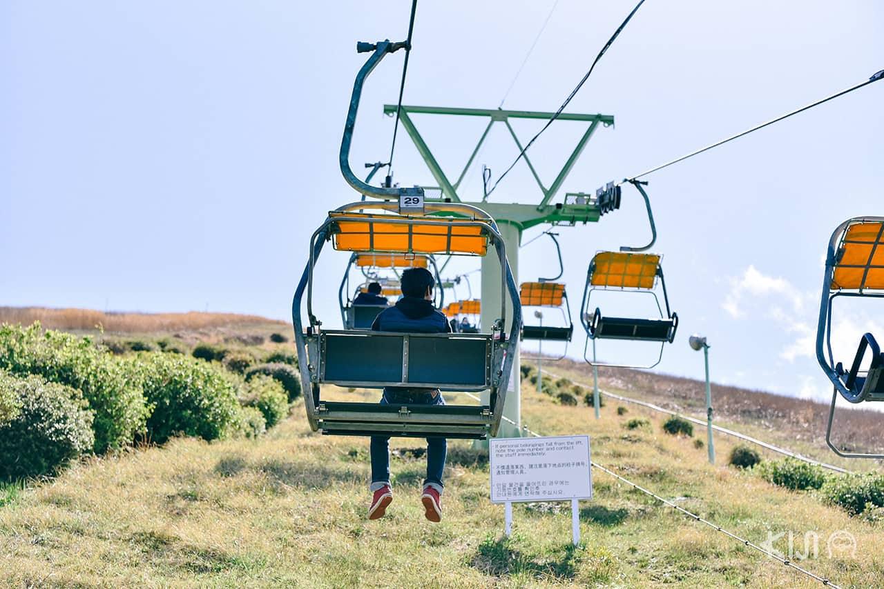 นั่งกระเช้าเพื่อขึ้นไปยังปากปล่องภูเขาไฟของ ภูเขาโอมูโระ