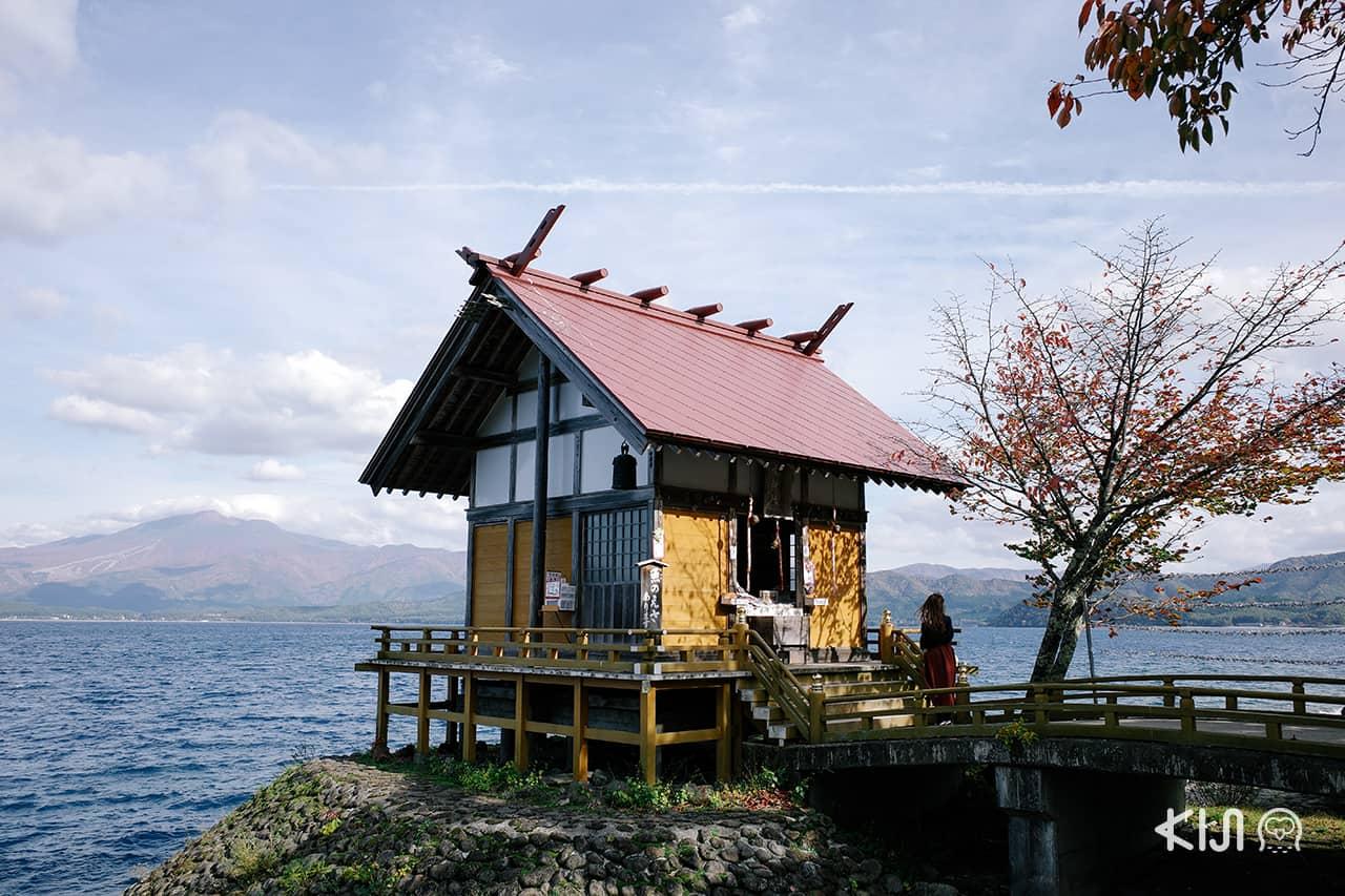 ศาลเจ้าคันซากุ โด่งดังในหมู่คนที่มาขอพรเรื่องความรัก ตั้งอยู่ริม ทะเลสาบทาซาวะ