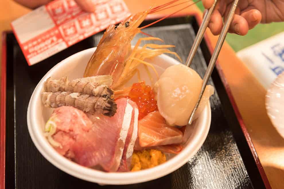 นกเกะด้ง (Nokkedon) ซึ่งเป็นข้าวหน้าปลาดิบแบบ DIY