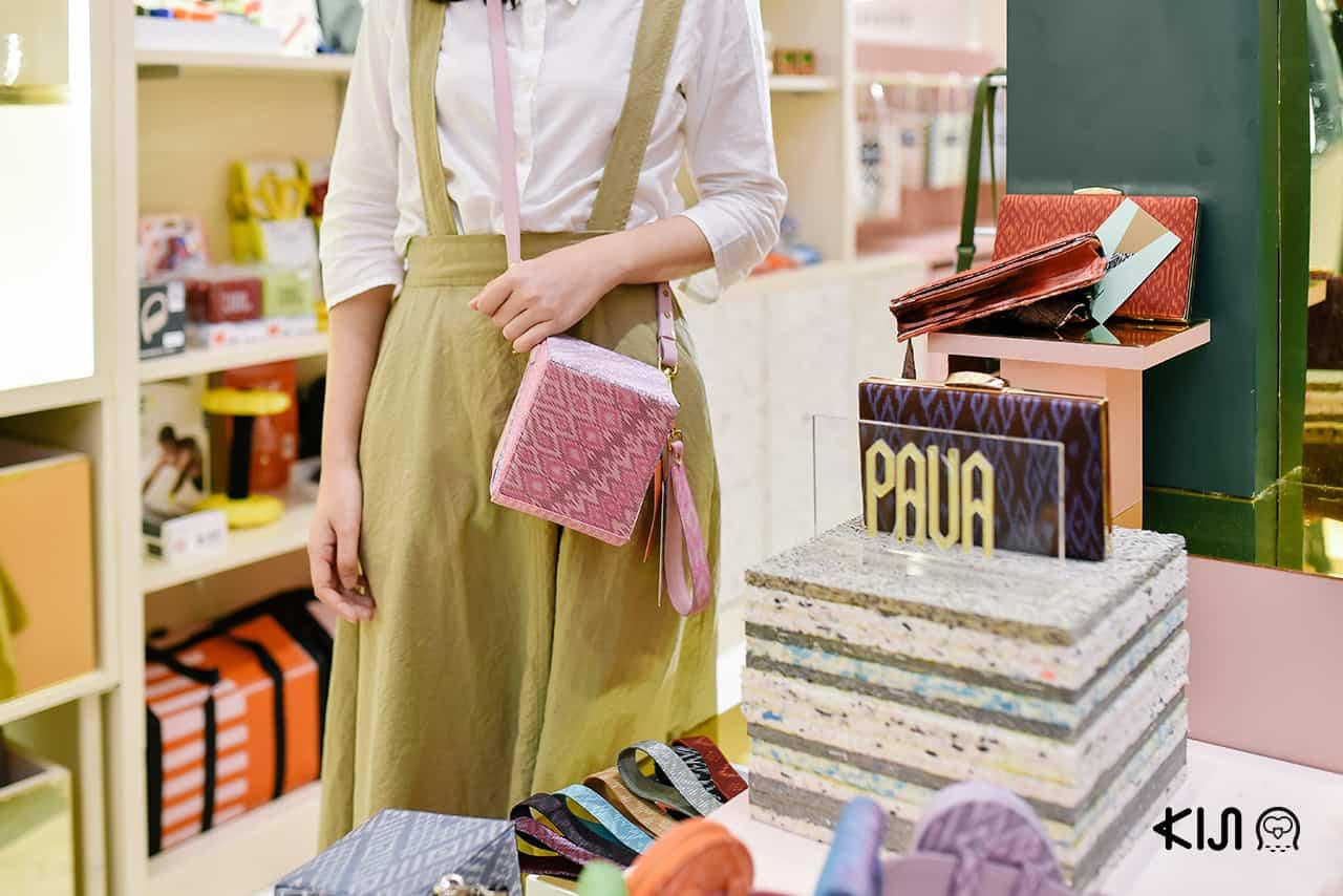 กระเป๋าจากผ้าไหมไทย ในงาน LET'S GIVE GOOD ที่ Emporium