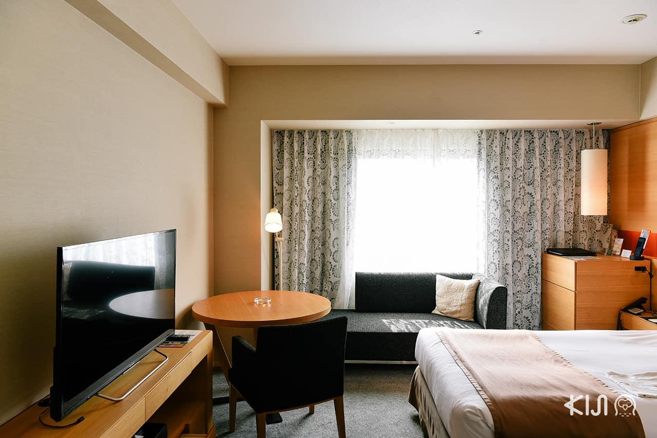 ็Hotel Metropolitan Akita มีชุดโต๊ะเล็กๆและชุดโซฟาให้นั่งผ่อนคลาย