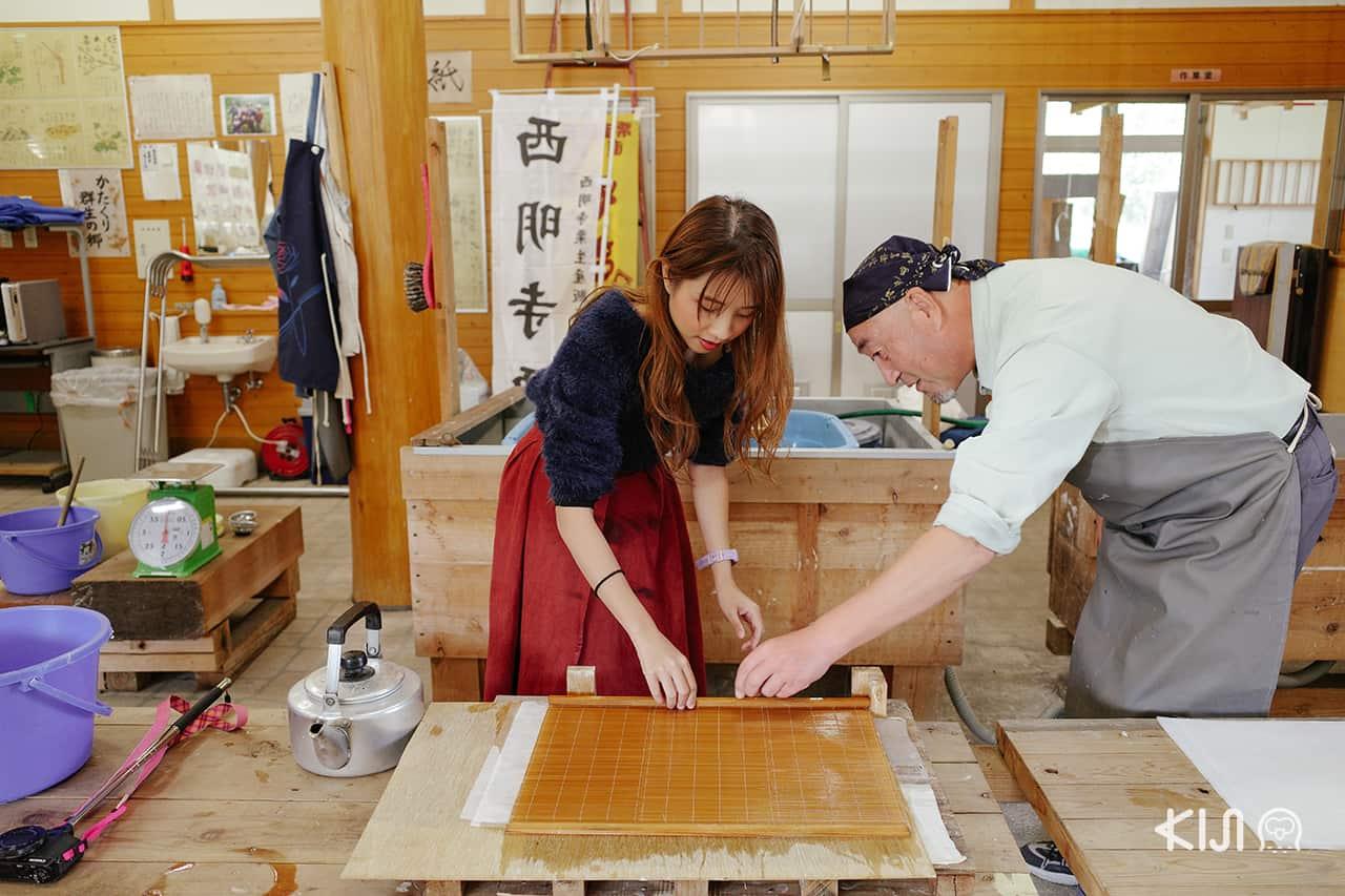 ภายในอาคาร Katakuri Center มีเวิร์คช็อปสอนทำกระดาษญี่ปุ่น (Washi)