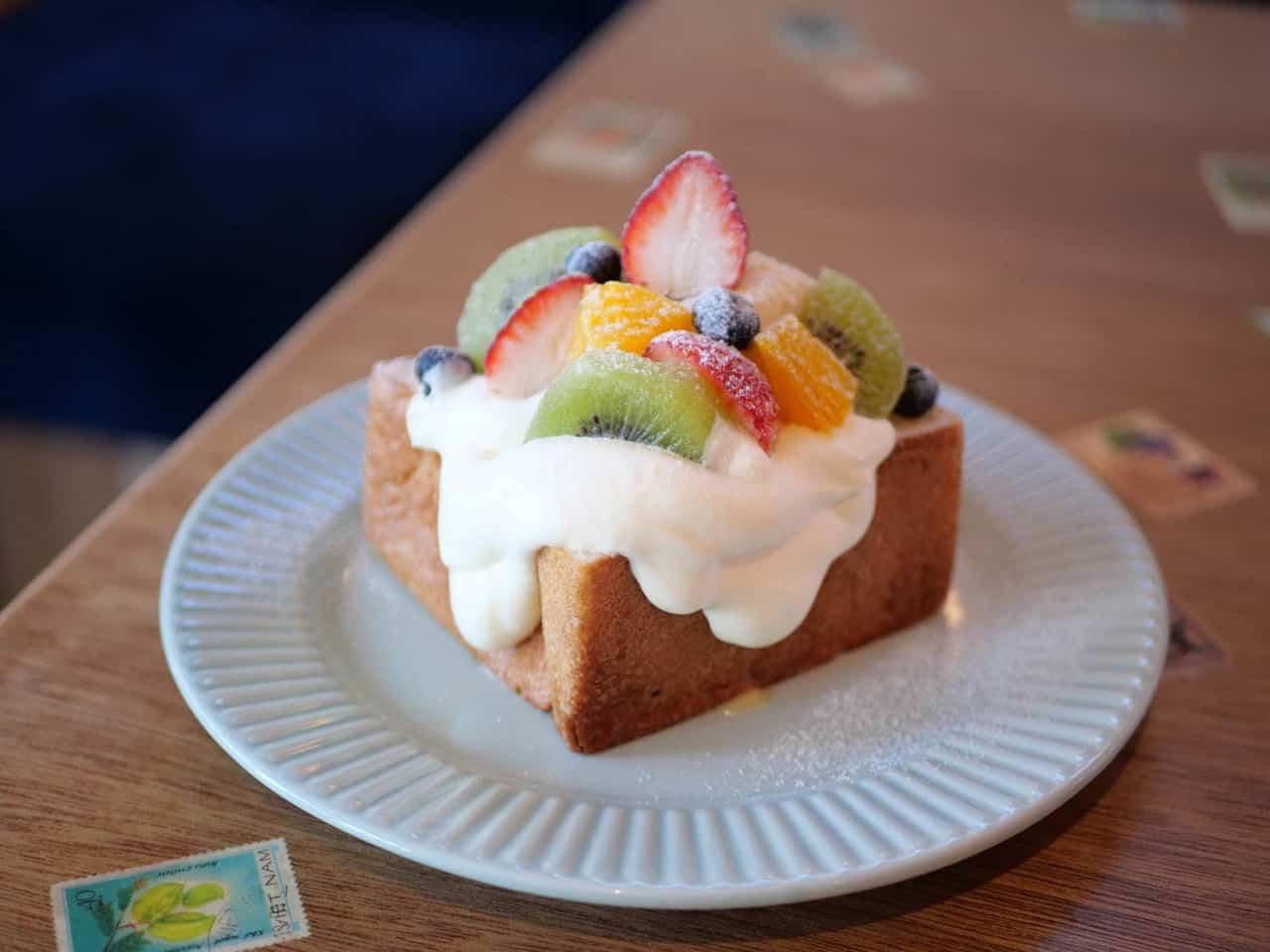 Futsuuni Furuutsu ขนมปังโทสต์ที่ด้านบนมีผลไม้หลากหลายชนิด