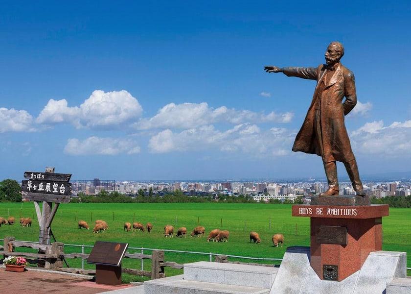 Sapporo รูปปั้นที่ัตั้งตระหง่านอยู่ใกล้กับทุ่งหญ้า