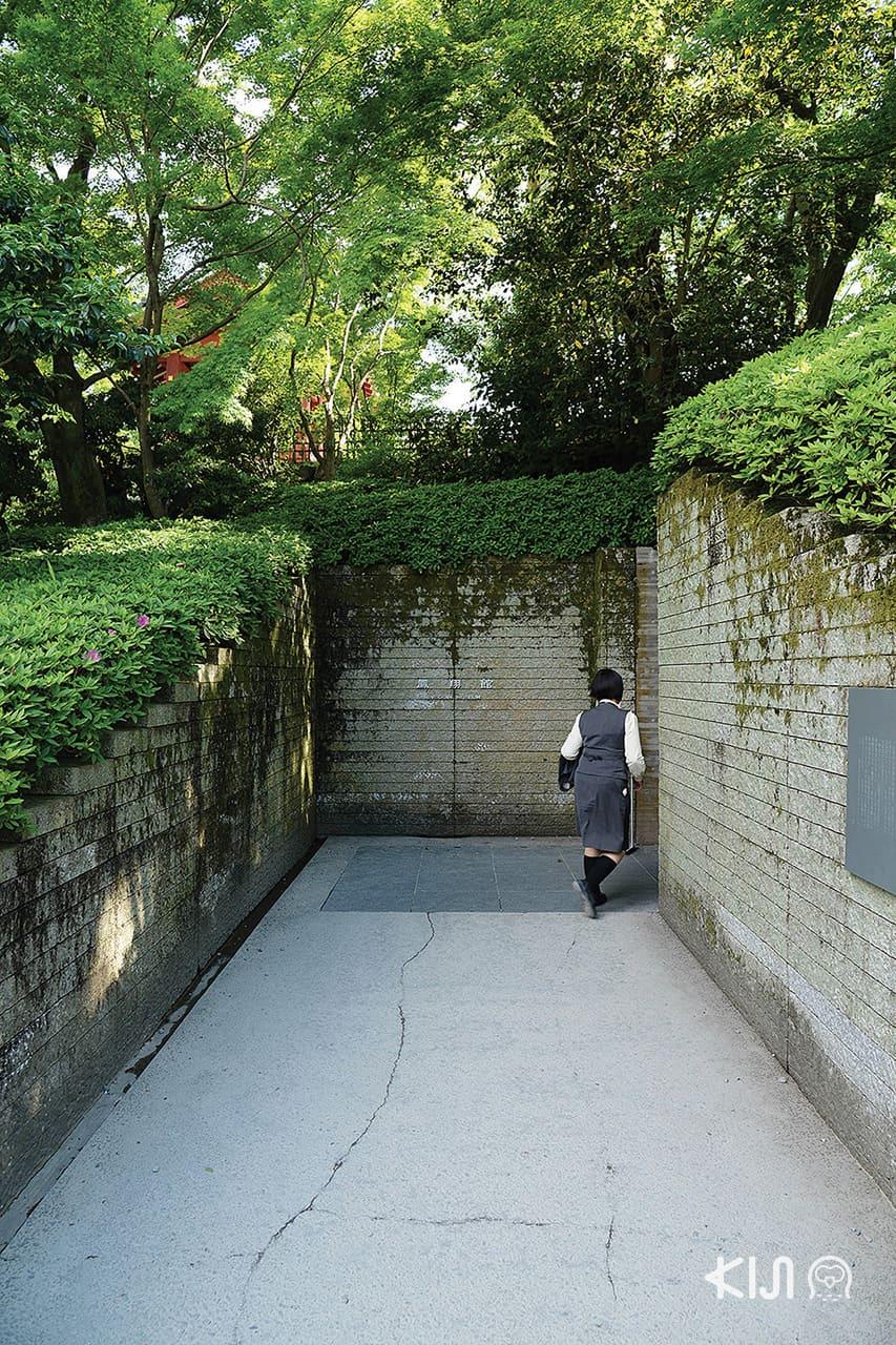 ทางเข้าที่รายล้อมด้วยแผงหินของ Byodoin Museum