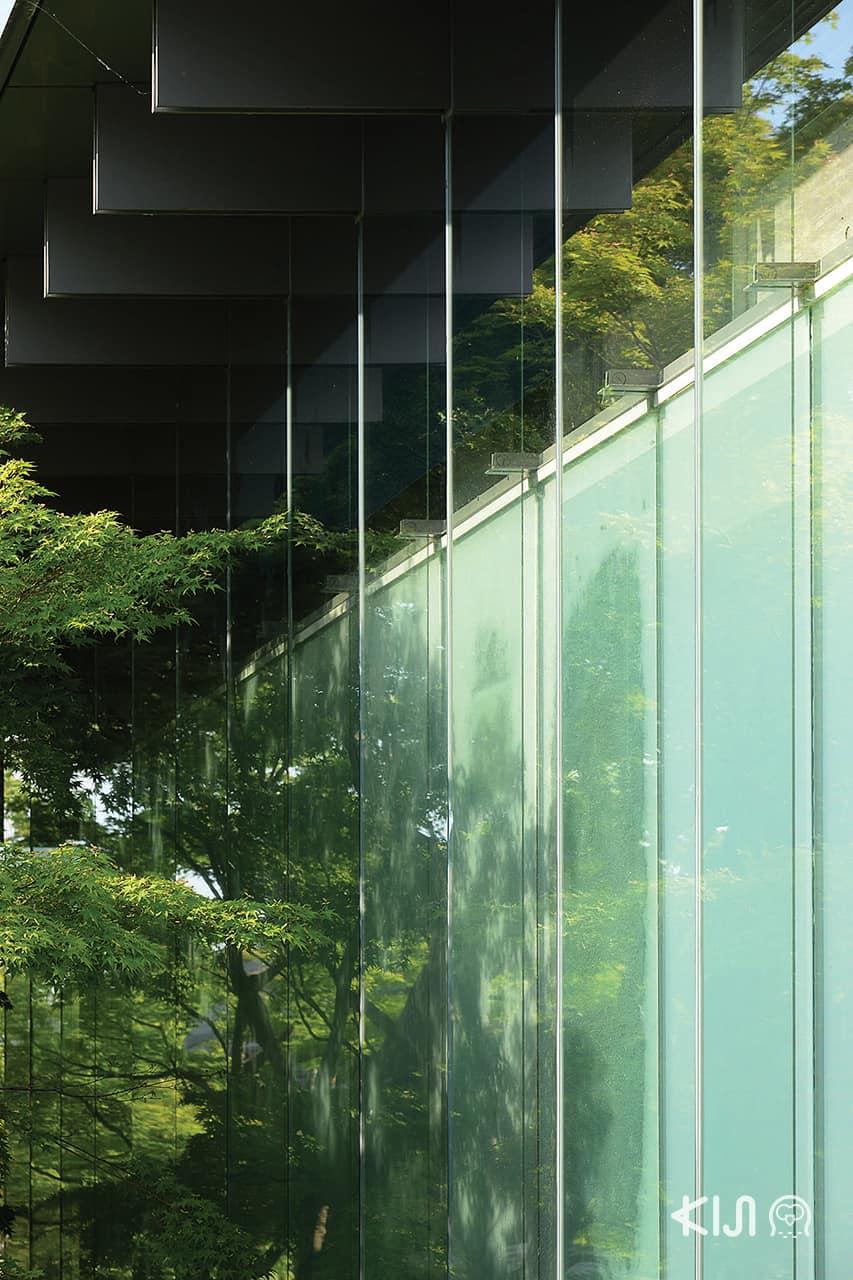 ใกล้ๆ กับ Byodoin Museum เป็นผนังกระจกซึ่งแลดูขัดแย้งมากกับความเก่าของวัด แต่กลับค่อยๆ กลืนหายไปต้นไม้ที่ถูกวางจังหวะไว้เป็นอย่างดี