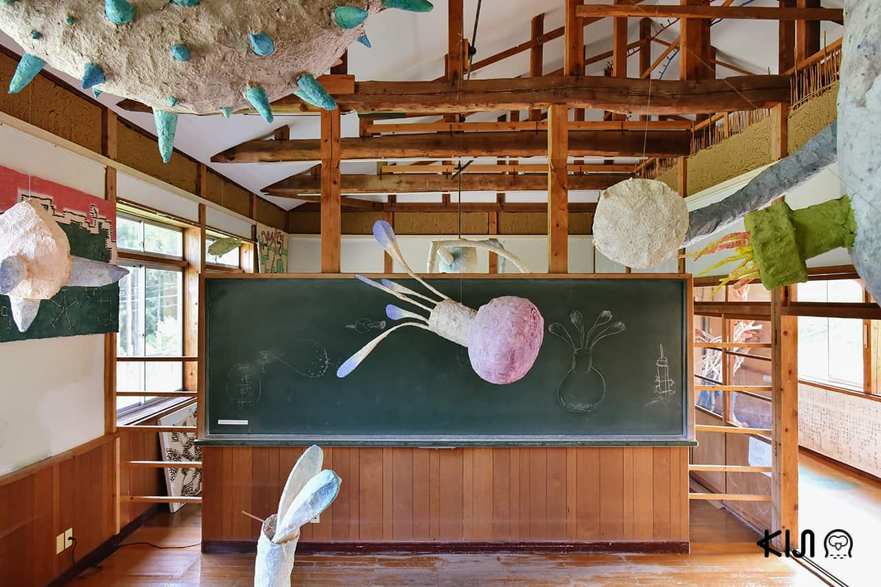 ชมงานศิลปะที่จัดภายในห้องเรียนที่ Hachi & Seizo Tashima Museum of Picture Book Art จาก Echigo-Tsumari Art Field