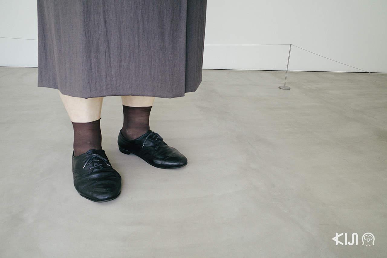งานประติมากรรม Standing Womanby Ron Mueck อาโอโมริ (Aomori)
