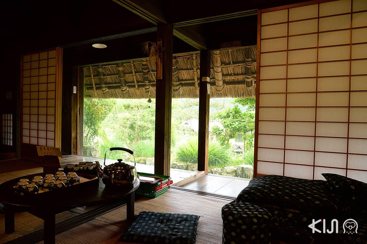 ภายในตัวบ้านเก่าของพิพิธภัณฑ์ Miyama Folklore Museum ในเกียวโต