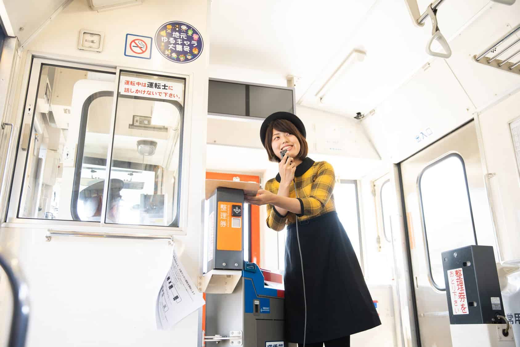 ภายในรถไฟ Shimatetsu Cafe Train มีไกด์คอยนำทาง
