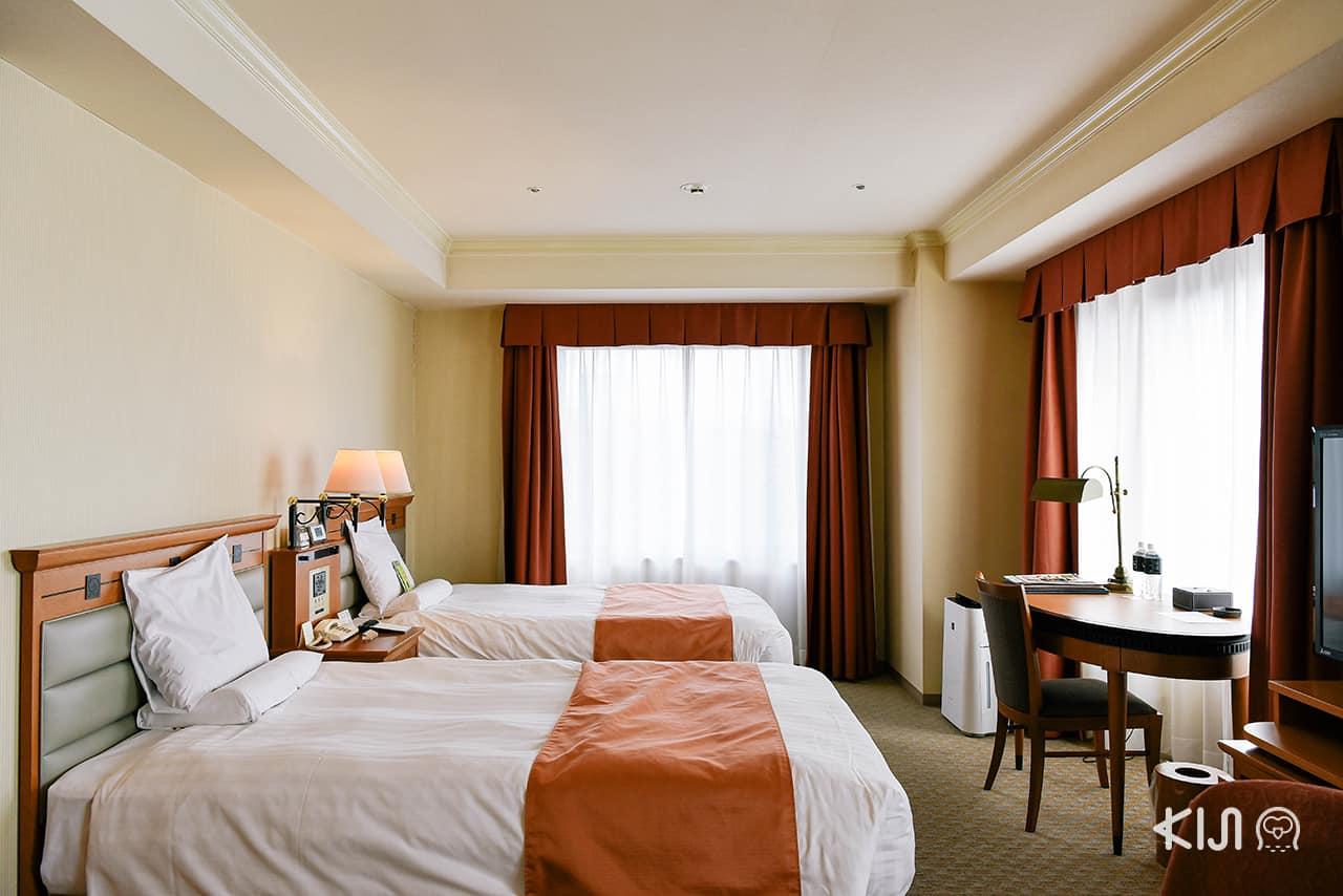 Deluxe Twin Room ห้องมุมขนาด 48 ตร.ม. สำหรับ 2 คน พร้อมเตียงขนาด 120 x 195 ซม. ภายในอาคาร New Wing ของ Hotel Metropolitan Morioka