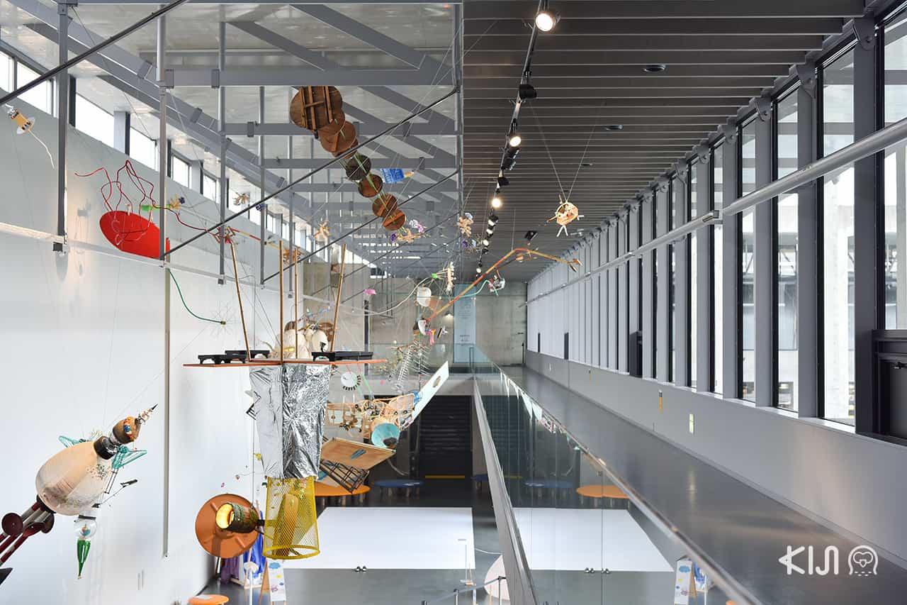 งานศิลปะภายใน Satoyama Museum of Contemporary Art - Barafuku แต่งชุดพองลม