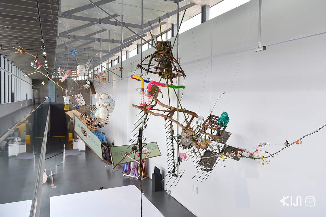 งานศิลปะต่างๆ ภายใน Satoyama Museum of Contemporary Art - Barafuku แต่งชุดพองลม