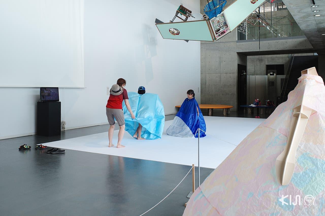 สวมชุดพองลม Satoyama Museum of Contemporary Art