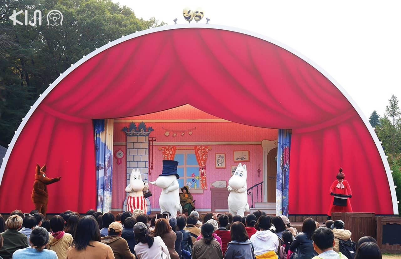 """โรงละครกลางแจ้ง """"Emma Teatteri"""" ก็จัดแสดงวันละ 3 รอบที่ Moominvalley Park"""