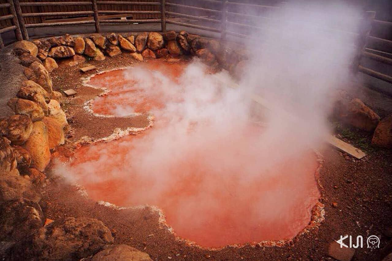 บ่อน้ำพุร้อน Chinoke หรือบ่อโคลนสีแดงเป็นบ่อน้ำพุธรรมชาติที่เก่าแก่ที่สุดในญี่ปุ่น ตั้งอยู่ที่เมือง Beppu