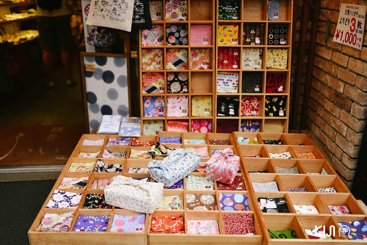 ร้านรวงต่างๆ ที่ Komachi-dori Street ในคามาคุระ จ.คานางาวะ