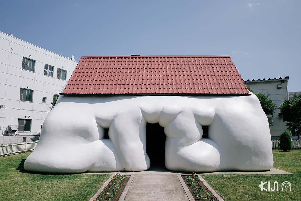 Fat House บ้านรูปทรงประหลาดของ Erwin Wurm แฝงไปด้วยเรื่องราวเสียดสีสังคม จัดแสดงที่ Towada Art Center