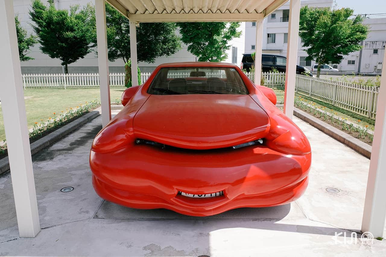 Fat Car สัญลักษณ์ของลัทธิบริโภคนิยมที่ถูกค่านิยมทับซ้อนกันจนบวมและล้นออกมา จัดแสดงที่ Towada Art Center เช่นกัน