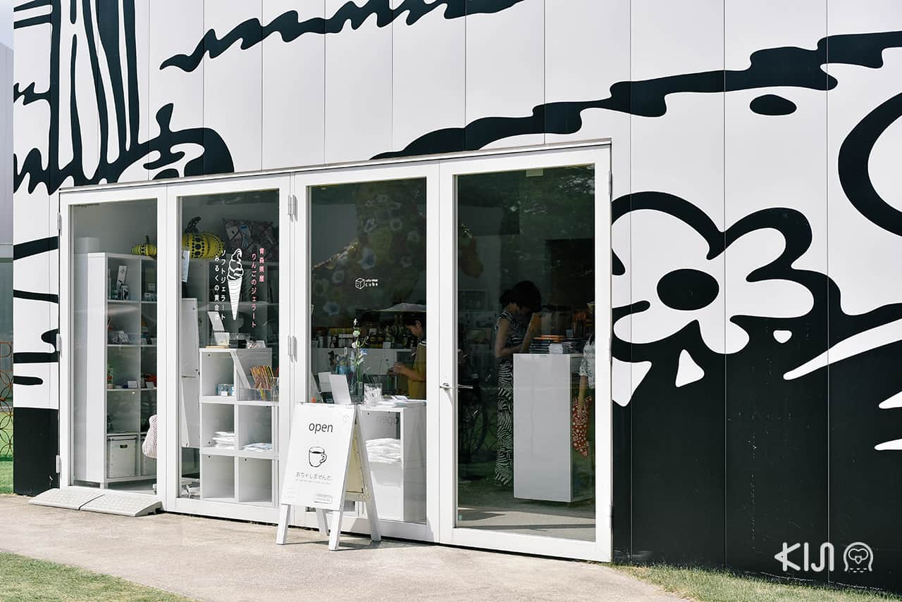 โซนคาเฟ่และช็อปขายของที่ระลึกซึ่งพื้นที่บริเวณนี้ก็เป็นผลงาน Michael Lin ณ Towada Art Center