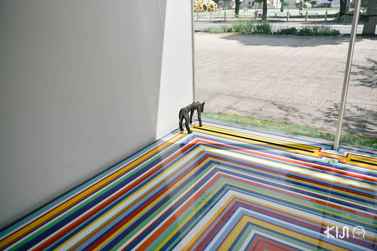 Zobop เป็นการใช้เทปไวนิลสีสันสดใสสร้างเป็นแพทเทิร์นทำให้เกิดมิติบนพื้นโดย Jim Lambie (Towada Art Center)