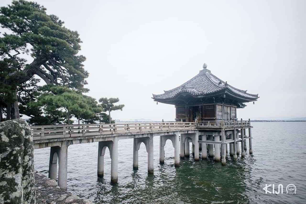 Ukimido (Kaimonzan Mangetsuji Temple) วัดที่สร้างยื่นออกไปในทะเลสาบสวยงามราวกับลอยอยู่บนผิวน้ำในเมืองโอตสึ (Otsu)