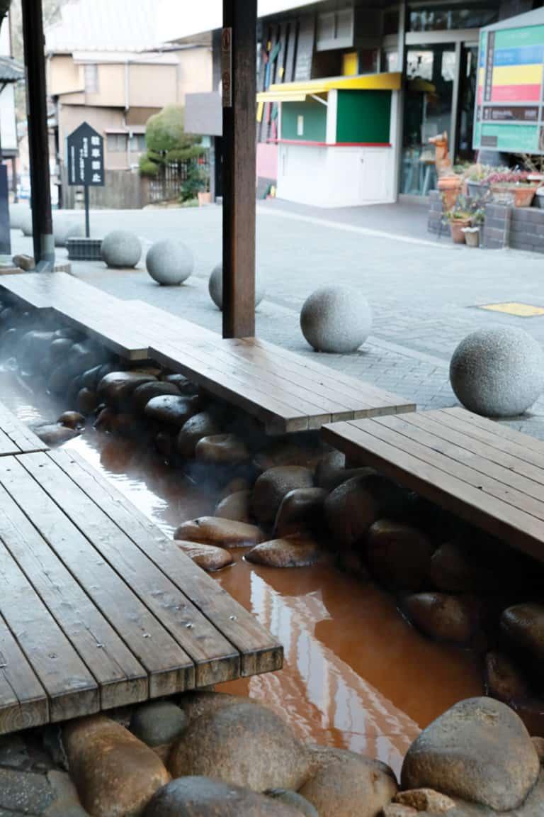 มีบ่อออนเซ็นน้ำแร่สำหรับแช่เท้าสาธารณะฟรีใน Arima Onsen