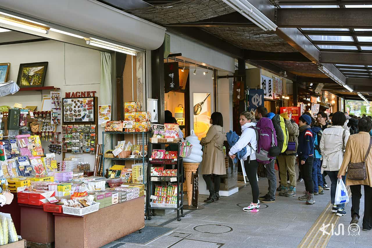 บรรยากาศโซนร้านขายของกินและของที่ระลึกน่าแวะเมื่อไป เที่ยวนิกโก้