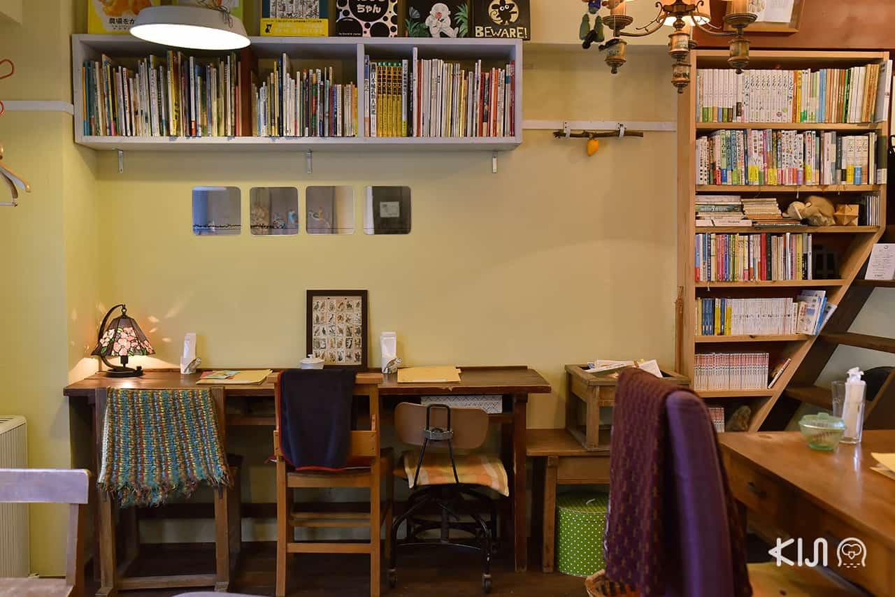 Hitsuji Sabo เต็มไปด้วยหนังสือดีมากมายที่เจ้าของร้านคัดสรร