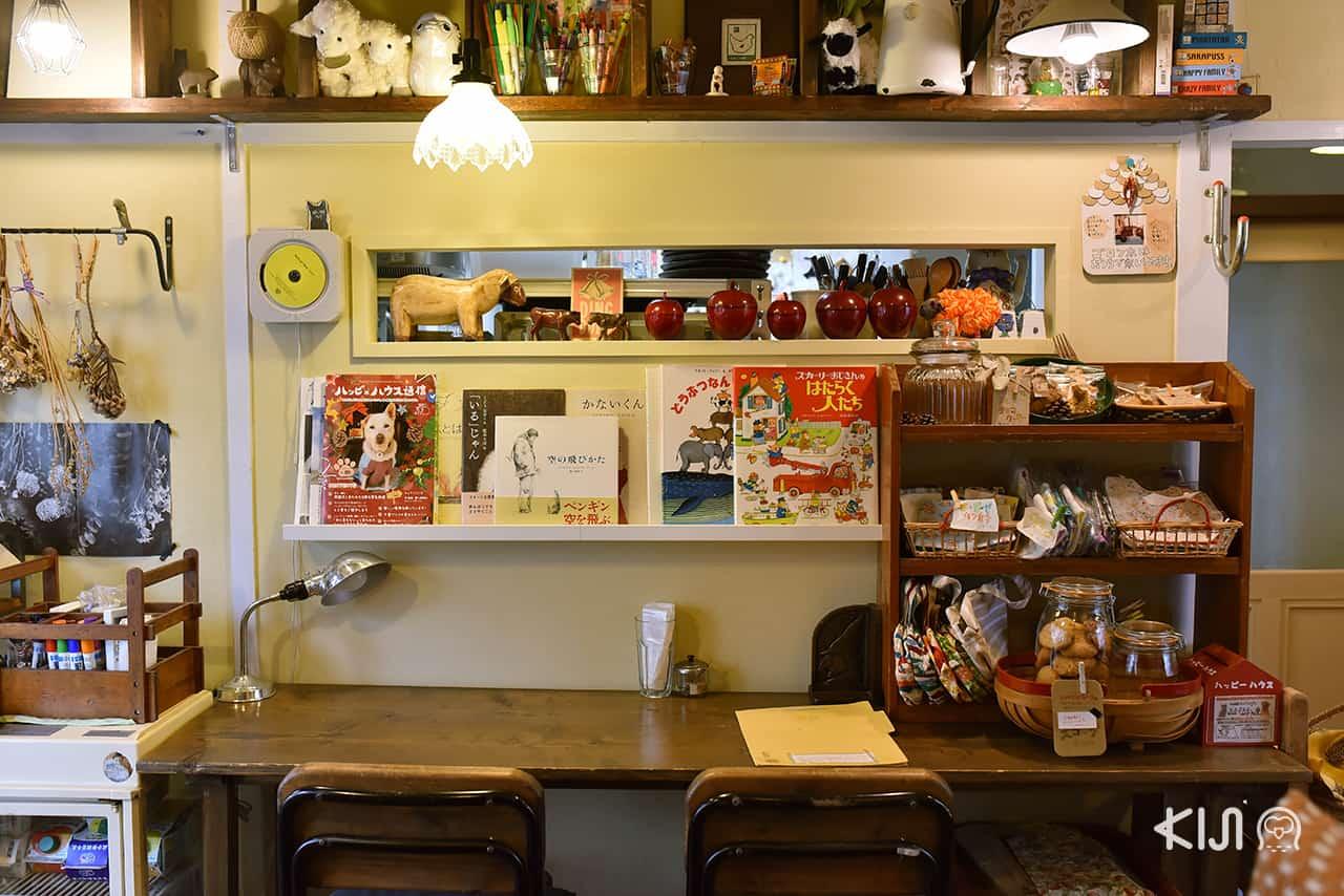 ภายในร้าน Hitsuji Sabo เต็มไปด้วยของแต่งบ้านจิปาถะมากมาย