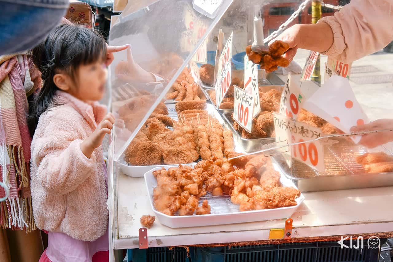 มีของกินละลานตาตาม 2 ฝั่งถนนในย่าน Yanaka Ginza