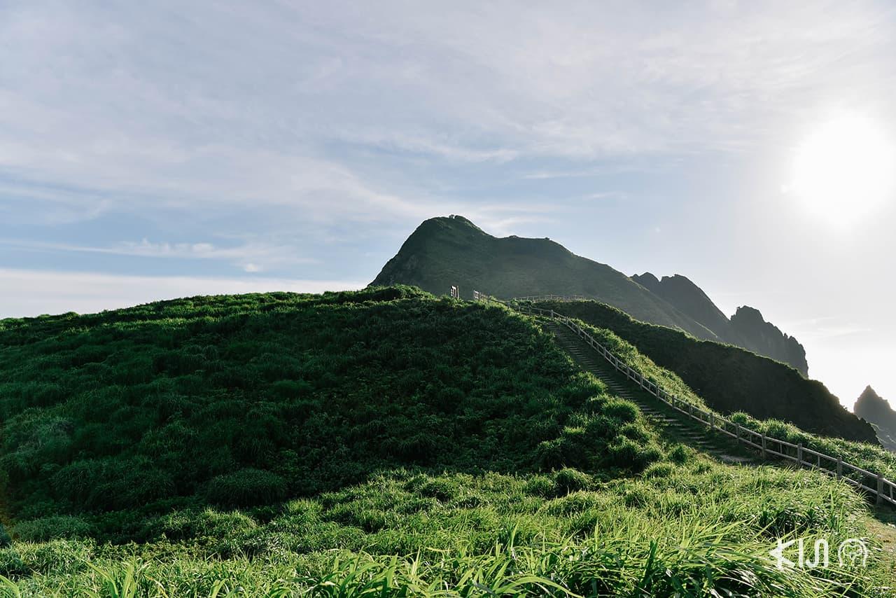 เกาะซาโดะ (Sado Island) ล้อมรอบไปด้วยภูเขาและทะเล