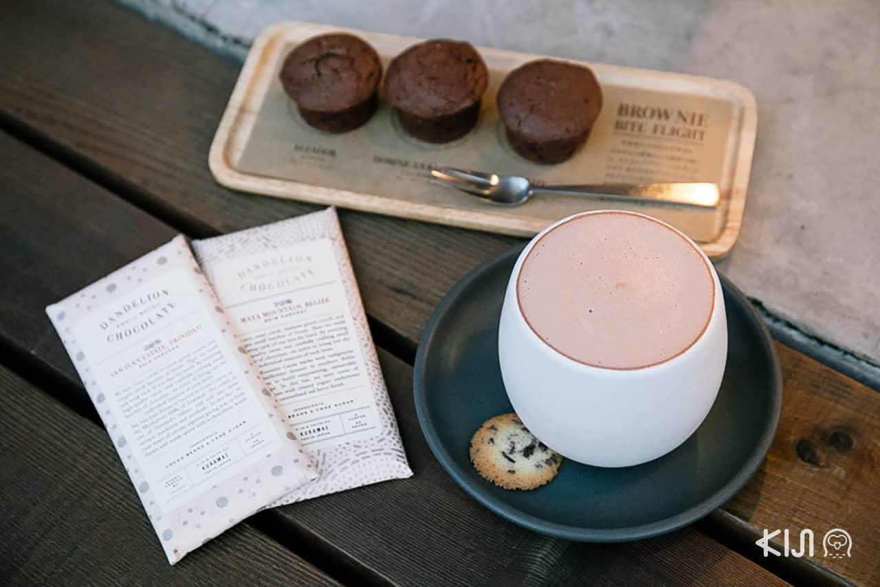 เมนูเครื่องดื่มและขนมของร้าน Dandelion Chocolate Factory สาขาคุรามาเอะ