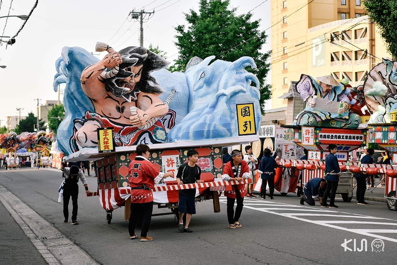 ชาวเมืองอาโอโมริกำลังเตรียมขบวนแห่โคม เพื่อต้อนรับแก่ผู้มาเยี่ยมชมเทศกาลเนบูตะมัตสึริ (Nebuta Matsuri)
