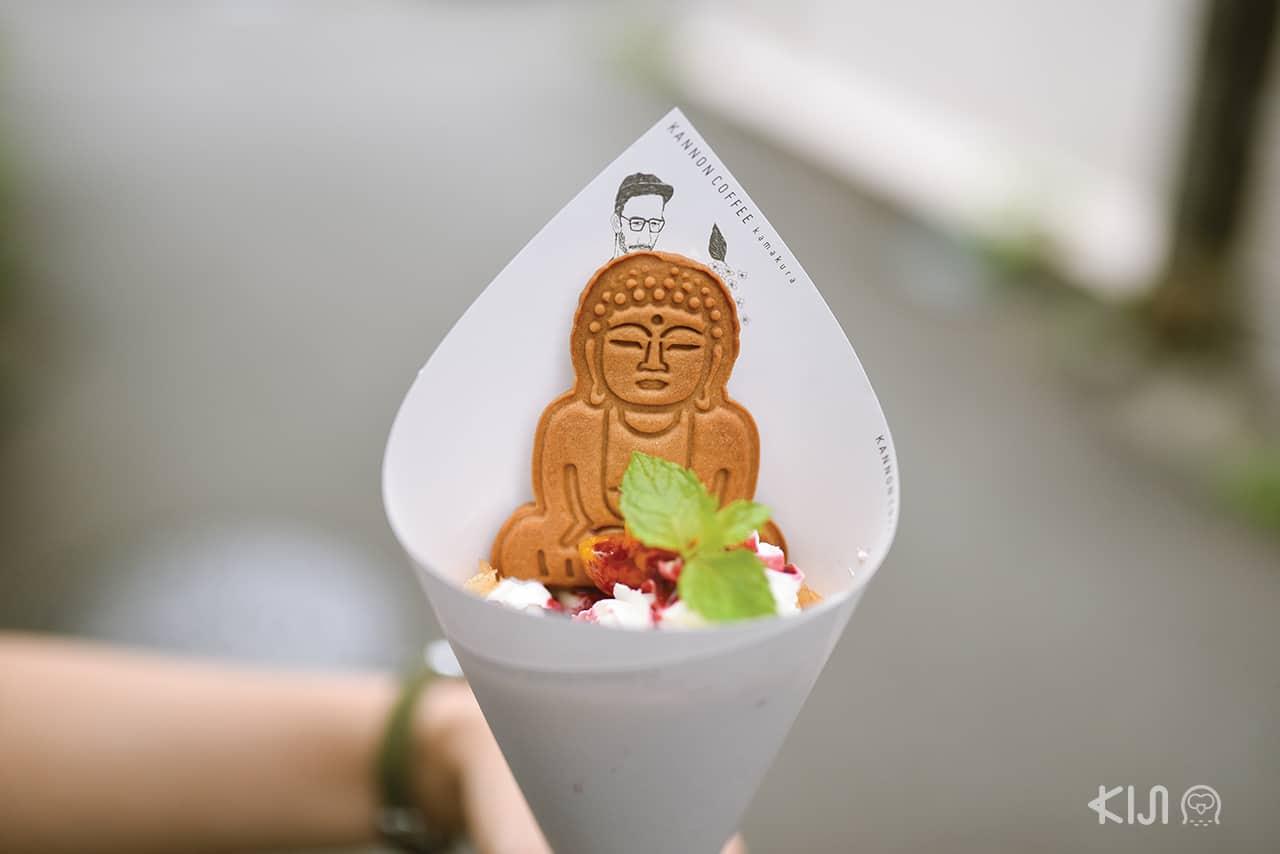 Daibutsu Crepe เครปผลไม้ตามฤดูกาลและโยเกิร์ตที่มีจำหน่ายเฉพาะร้าน Kannon Coffee สาขาคามาคุระเท่านั้น