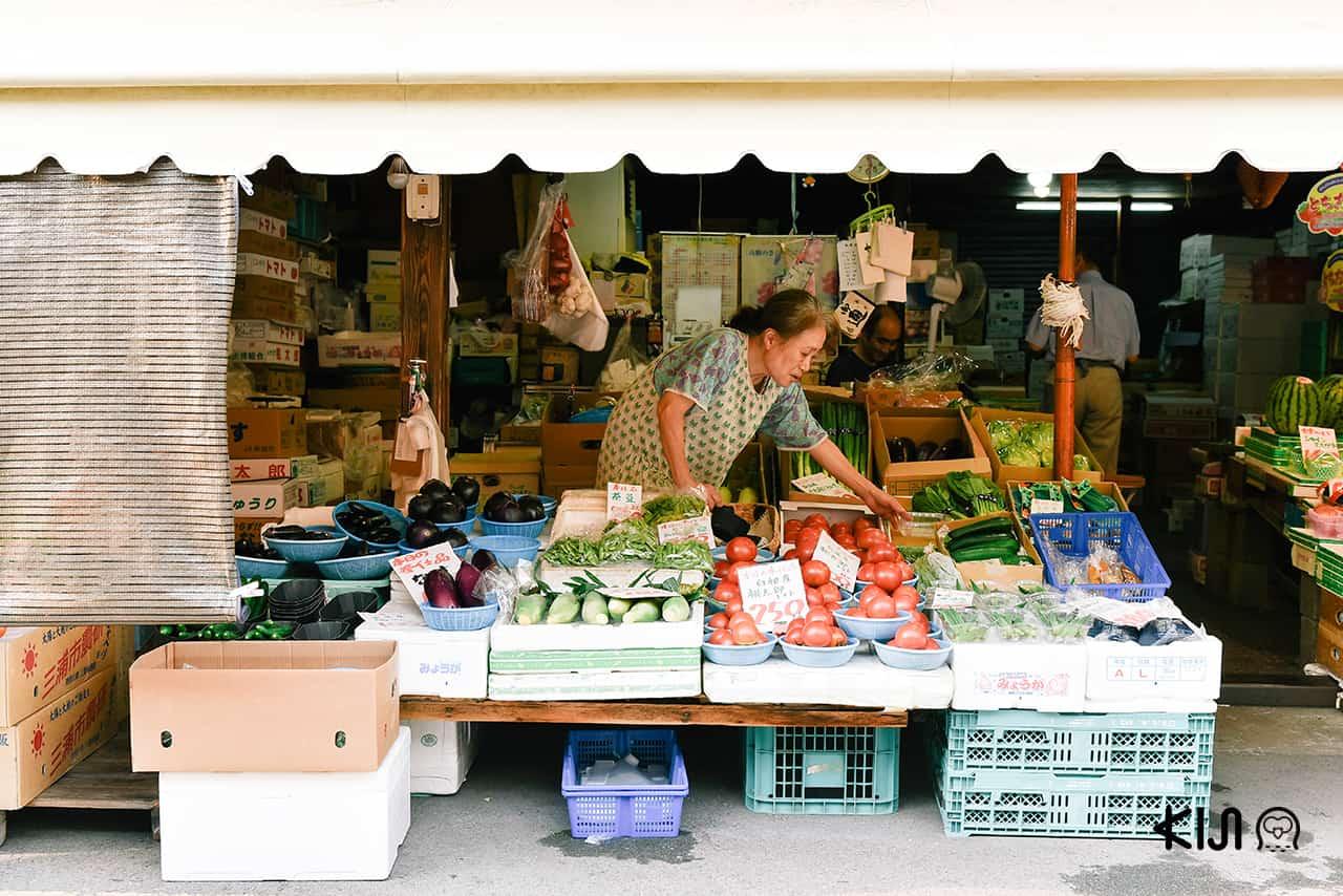 ร้านขายผักและผลไม้ในตลาดนินโจโยโกโช (Ninjo Yokocho)