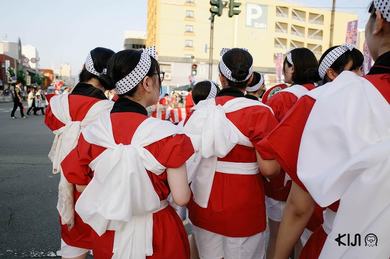 กลุ่มเด็กๆ ที่มาร่วมแสดงในงานเทศกาลฤดูร้อนเนบูตะมัตสึริ (Nebuta Matsuri)