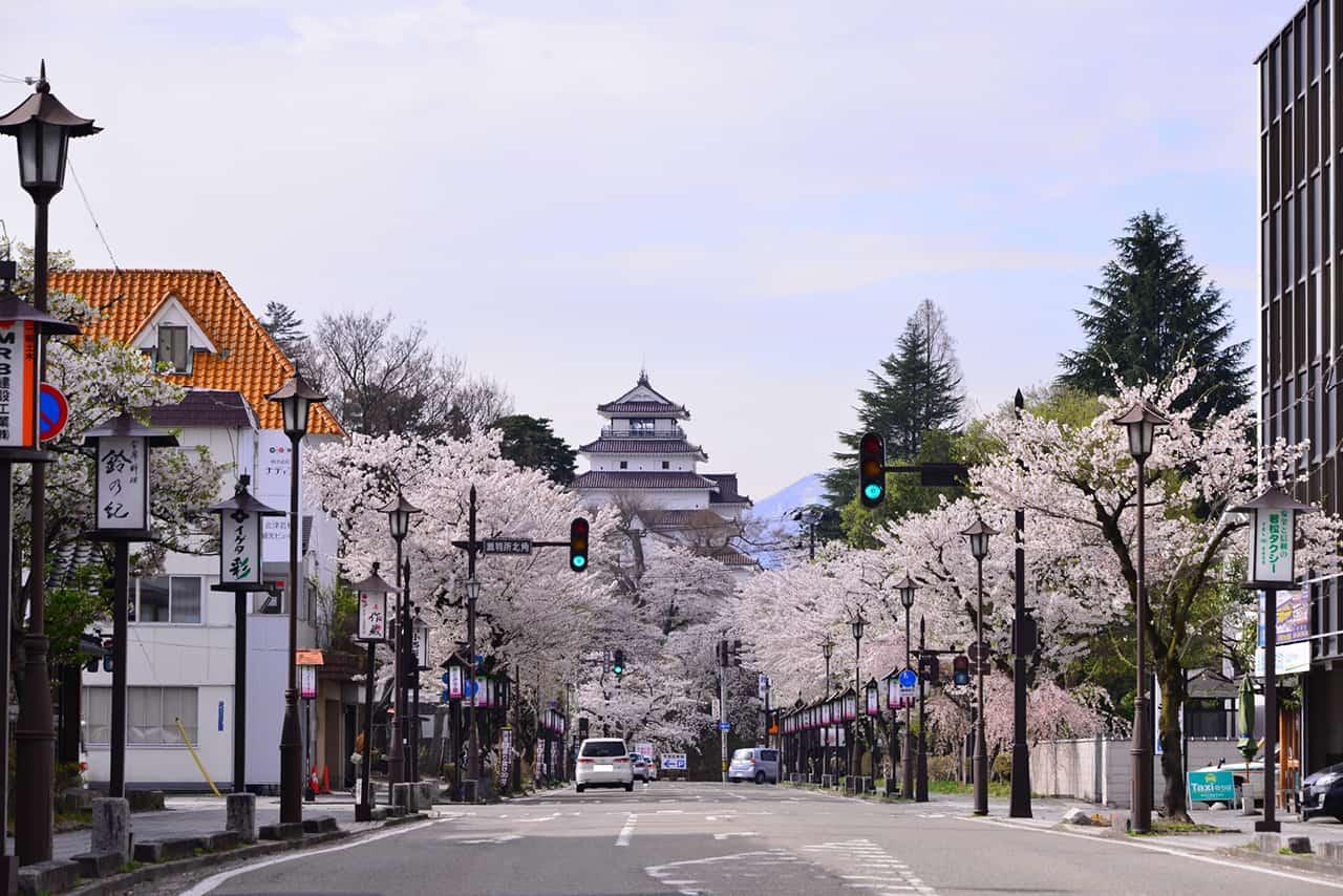 ปราสาทสึรุกะ (Tsuruga-jo) ในฤดูใบไม้ผลิที่ ฟุกุชิมะ